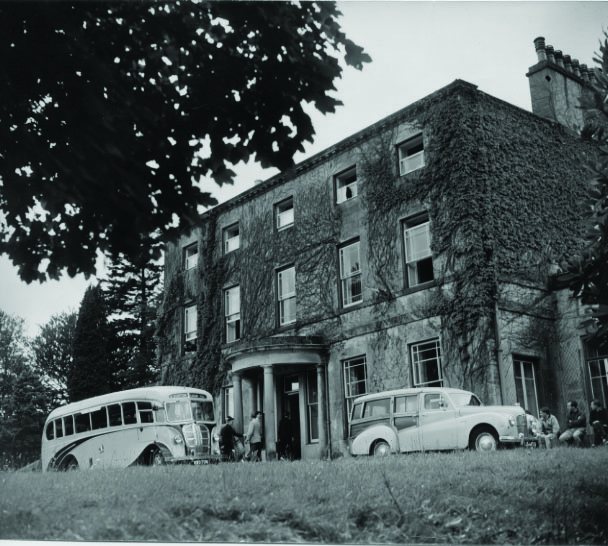 vintage-bus-and-car-outside-hall-300dpi-1